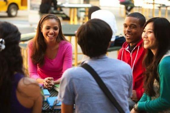 cara berbicara yang baik dan sopan di depan umum